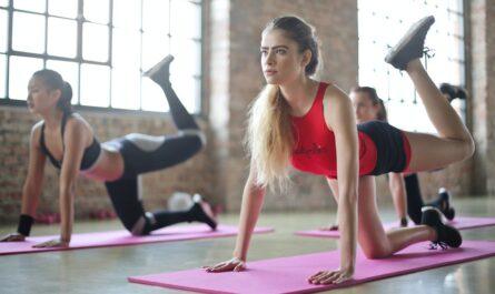 Cvičení, kterému se věnuje mladá žena.