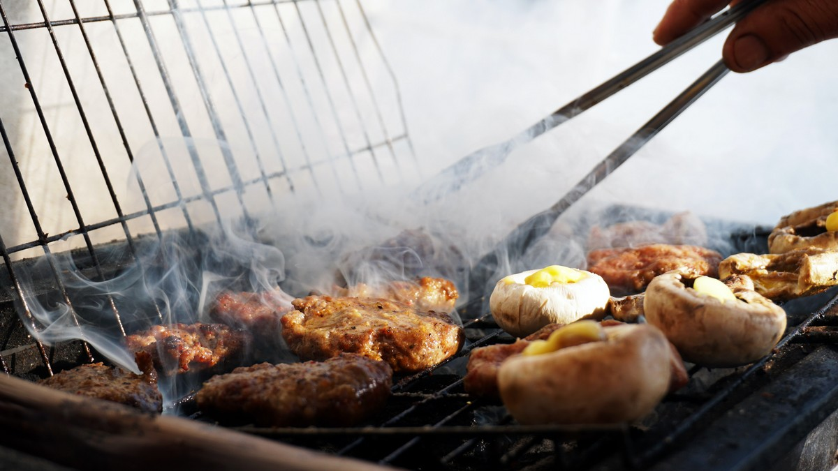 Grilování masa a zdravé zeleniny v praxi.
