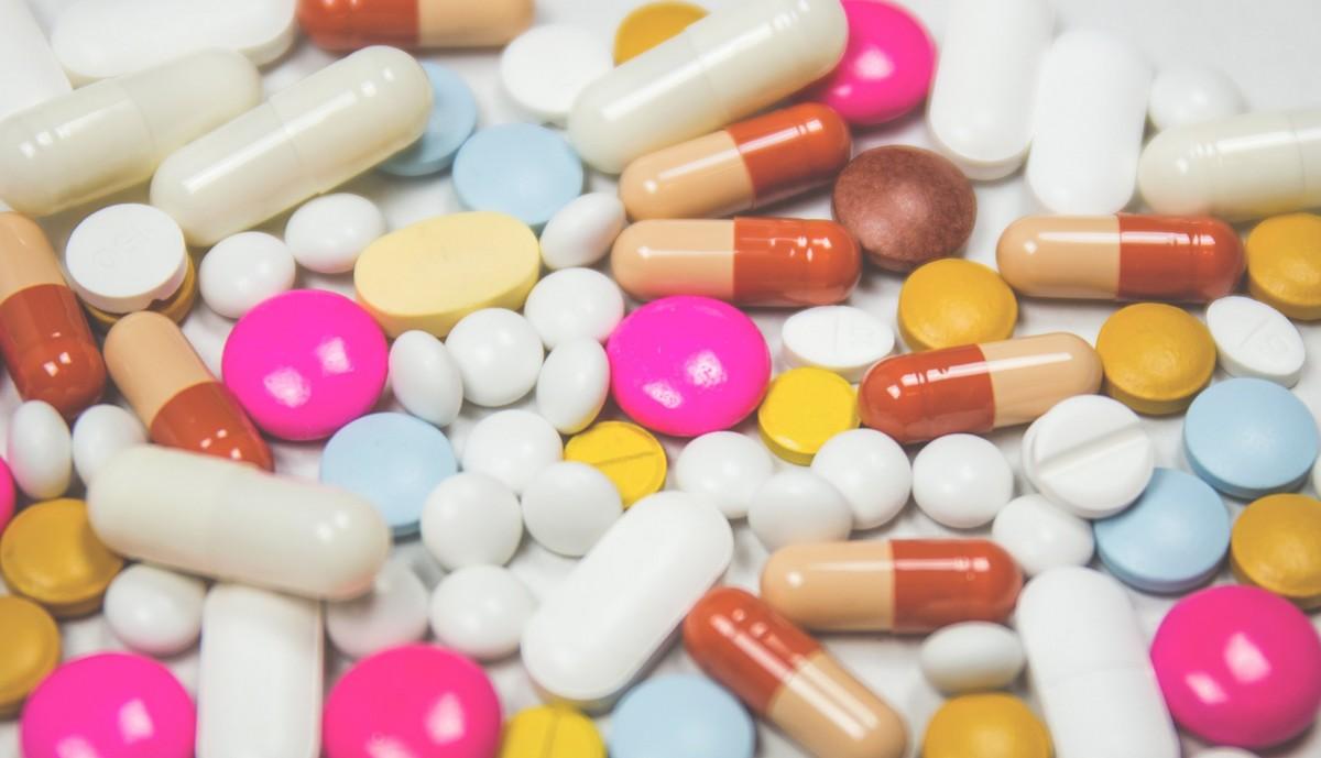 Kortikoidy ve formě nejrůznějších prášků.