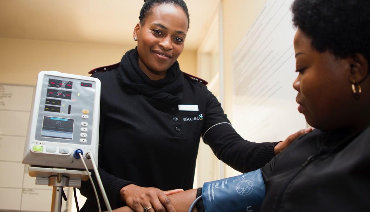 Sestra měří krevní tlak pacientce.