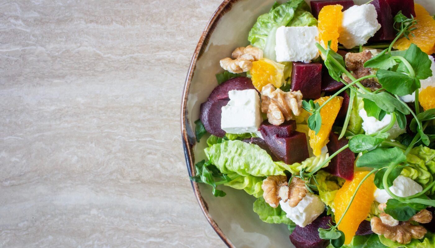 Veganská dieta v praxi v podání lahodného salátu.
