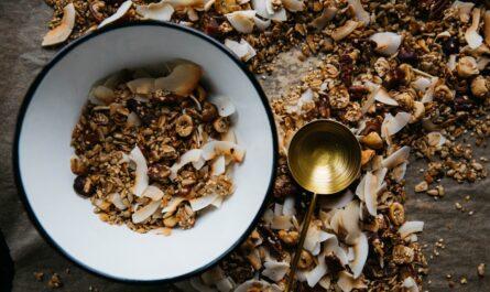 Vláknina v podobě vlašských ořechů v misce.