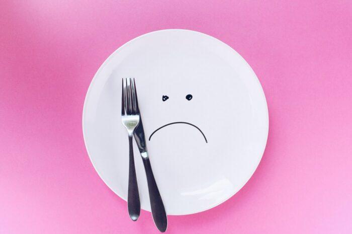 Prázdný talíř s příborem, který představuje Dukanova dieta.