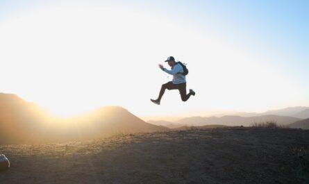 Mladík skáče radostí, protože jeho imunita je silná.